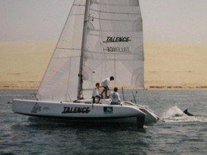 Le pulsar , construit par Pierre accompagné d'un dauphin devant la dune du pyla